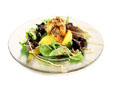 Ensalada con langostinos rebozados en semillas de sésamo tostados
