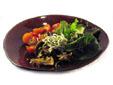 Ensalada con gulas y champiñones laminados