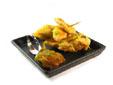 Picas de tiras de pollo con cebolla caramelizada y salsa de soja