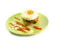 Huevo a la plancha con guarnición de setas empanadas y queso de oveja