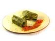 Hojas de parra rellenas de arroz, verduras y pasas de corinto
